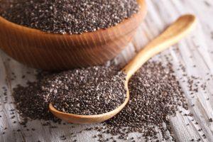 semi di chia in cucchiaio di legno
