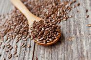 semi di lino in cucchiaio legno