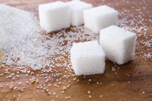 zucchero cubetti su legno